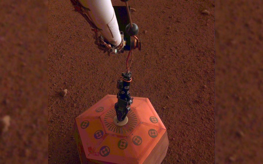 Sismomètre posée par le bras robotique d'InSight