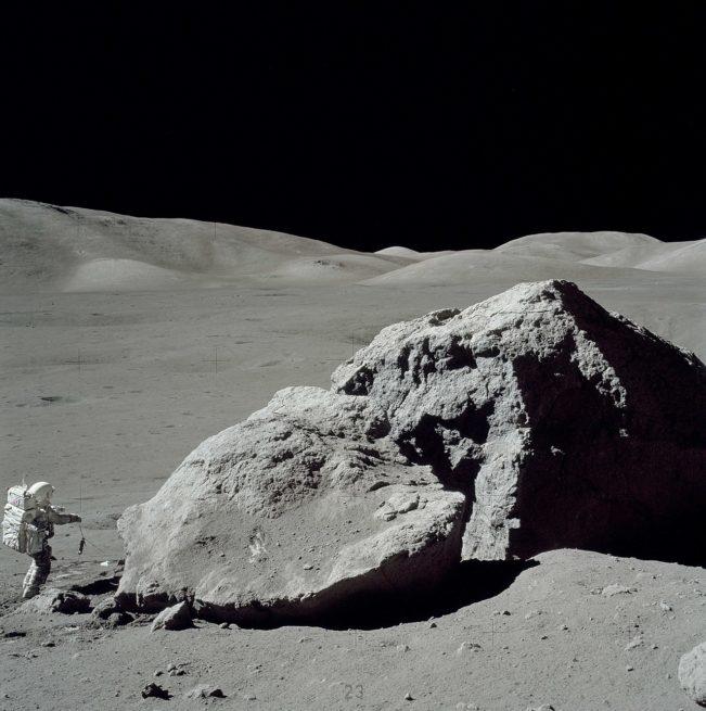 1280px-Moon-apollo17-schmitt_boulder
