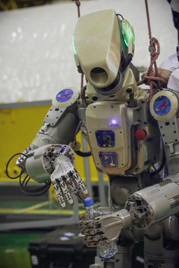 Le robot Fedor en train d'ouvrir une bouteille d'eau. © Roscosmos/Space Center Yuzhny