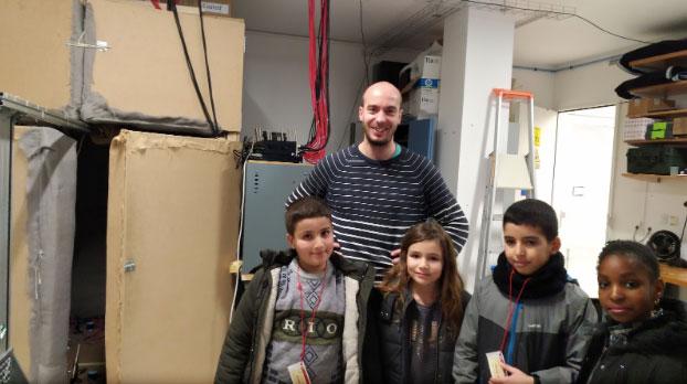 Fabrice Lemoult, chercheur  à l'Institut Langevin, avec les quatre reporters, à côté d'une cavité.