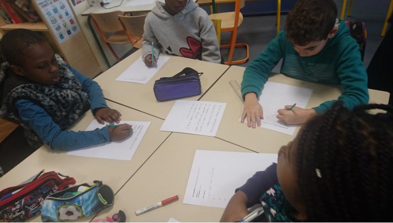 Les jeunes reporters en classe, en train de préparer leurs interviews.