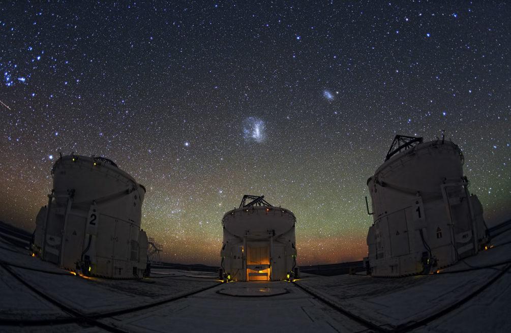 Le Très Grand Télescope du Chili et nuit étoilée